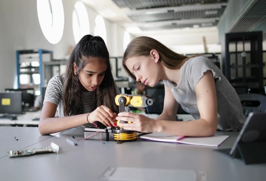 Original extracurricular workshops: entrepreneurship, robotics and programming for school children